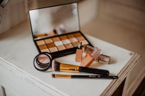 brushes-cosmetics-desk-2253833